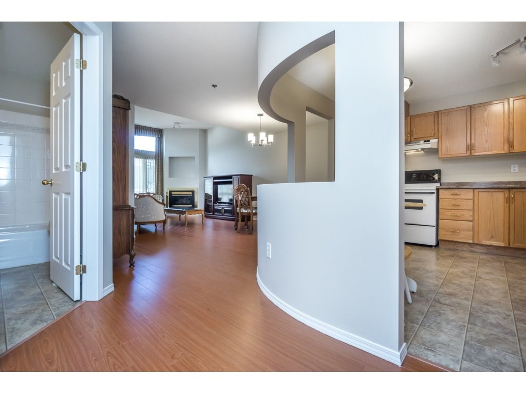 "Photo 4: 404 2335 WHYTE Avenue in Port Coquitlam: Central Pt Coquitlam Condo for sale in ""CHANELLOR'S COURT"" : MLS® # R2141689"
