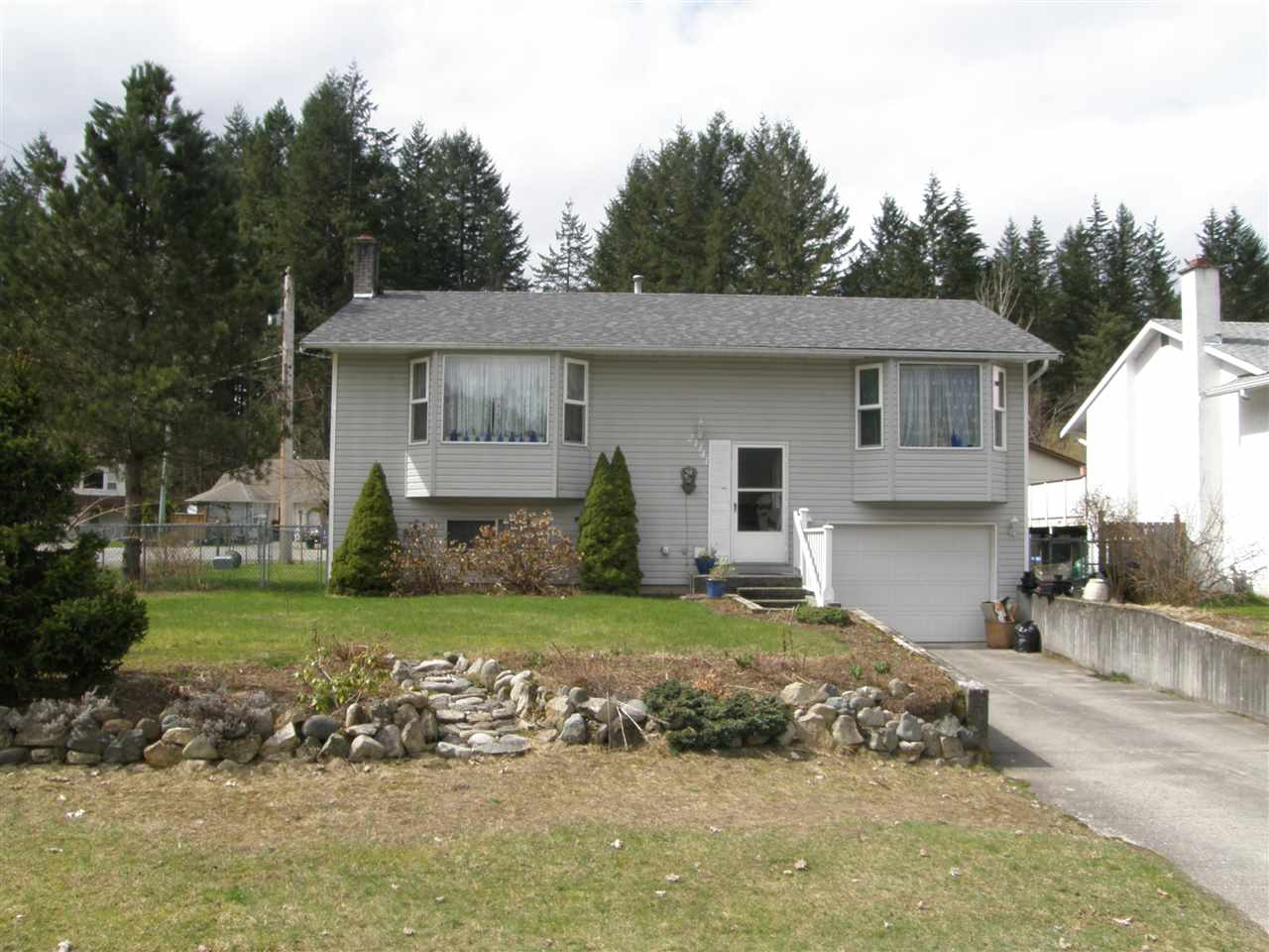 Main Photo: 21141 LAKEVIEW Crescent in Hope: Hope Kawkawa Lake House for sale : MLS® # R2154729