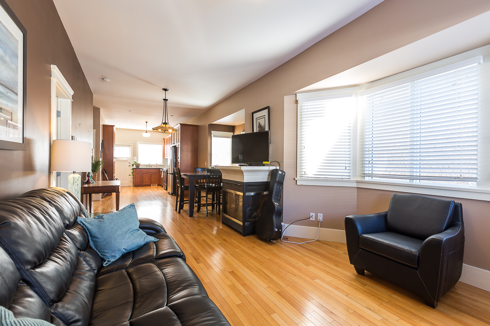 Photo 2: 820 EDINBURGH Street in New Westminster: Moody Park House for sale : MLS(r) # R2129968