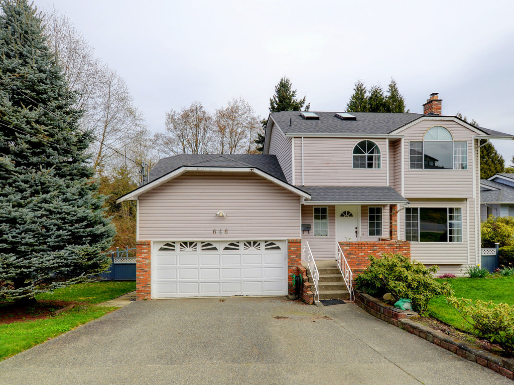 Main Photo: 646 Cairndale Road in VICTORIA: Co Triangle Single Family Detached for sale (Colwood)  : MLS(r) # 376965