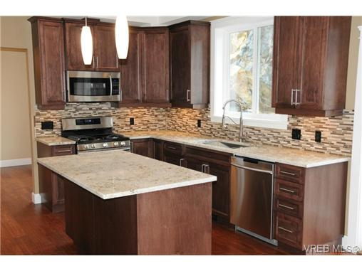 Photo 2: 559 Bezanton Way in victoria: Co Latoria Single Family Detached for sale (Colwood)