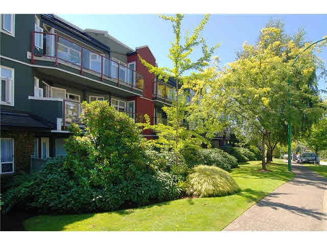 Main Photo: 206 121 W 29TH Street in North Vancouver: Upper Lonsdale Condo for sale : MLS® # R2151288
