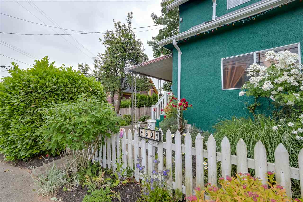 Photo 2: 4504 EARLES Street in Vancouver: Collingwood VE House for sale (Vancouver East)  : MLS® # R2074634