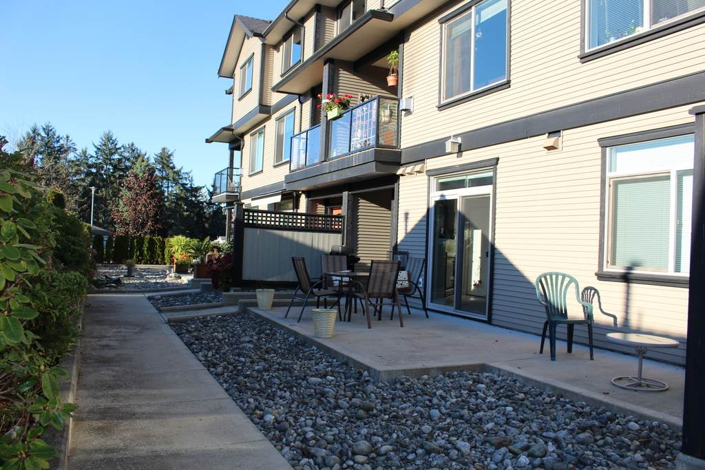 "Main Photo: 204 5711 EBBTIDE Street in Sechelt: Sechelt District Townhouse for sale in ""EBBTIDE PLACE"" (Sunshine Coast)  : MLS®# R2116318"