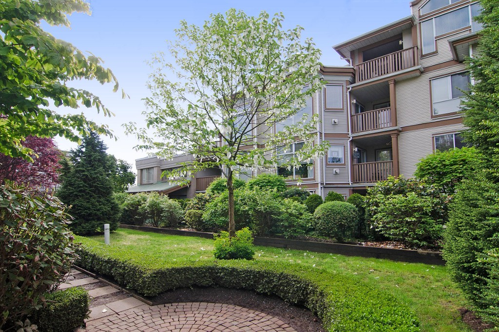 "Main Photo: 304 19131 FORD Road in Pitt Meadows: Central Meadows Condo for sale in ""WOODFORD MANOR"" : MLS® # R2072688"