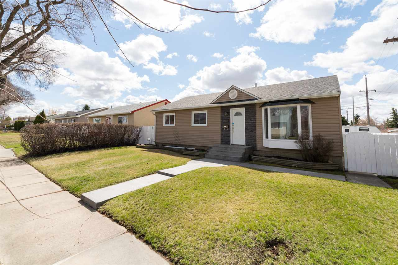 Photo 1: 3433 120 Avenue in Edmonton: Zone 23 House for sale : MLS(r) # E4062410