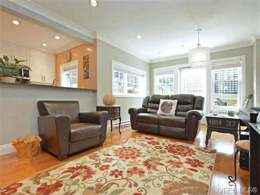 Main Photo: 2 523 Trutch Street in VICTORIA: Vi Fairfield West Condo Apartment for sale (Victoria)  : MLS®# 371523
