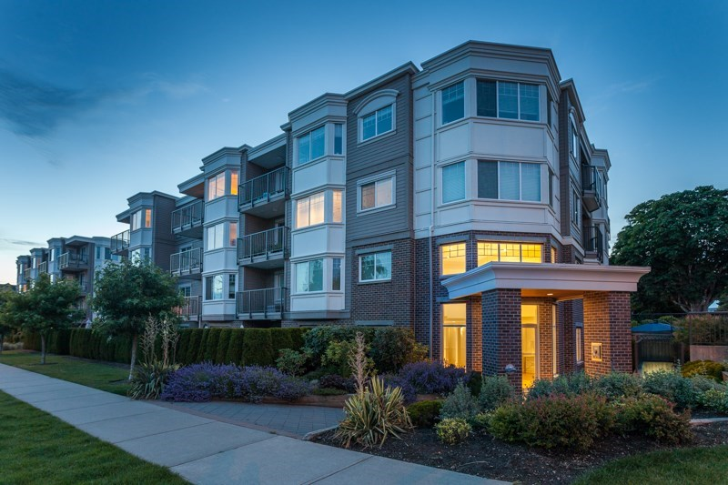 "Main Photo: PH5 15389 ROPER Avenue: White Rock Condo for sale in ""Regency Court"" (South Surrey White Rock)  : MLS(r) # R2142408"