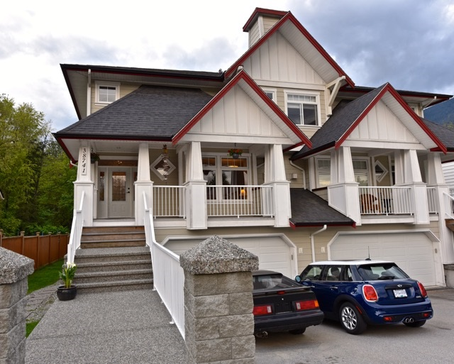 Main Photo: 38741 BUCKLEY Avenue in Squamish: Dentville House 1/2 Duplex for sale : MLS® # R2063069