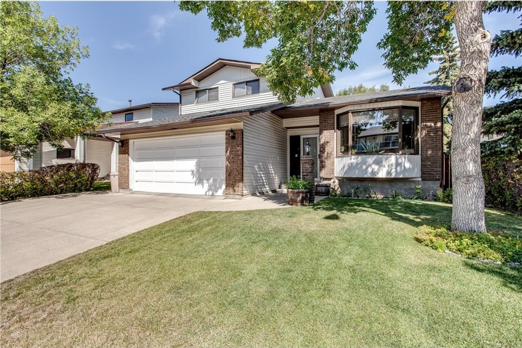 Main Photo: 31 CASTLEFALL Grove NE in Calgary: Castleridge House for sale : MLS®# C4134935