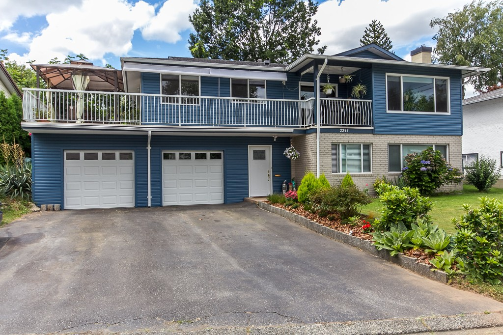 Photo 2: 2253 BEDFORD Place in Abbotsford: Abbotsford West House for sale : MLS® # R2094402