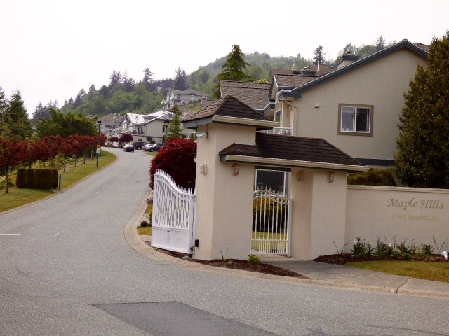 "Main Photo: 96 8590 SUNRISE Drive in Chilliwack: Chilliwack Mountain Townhouse for sale in ""MAPLE HILLS"" : MLS® # R2167843"