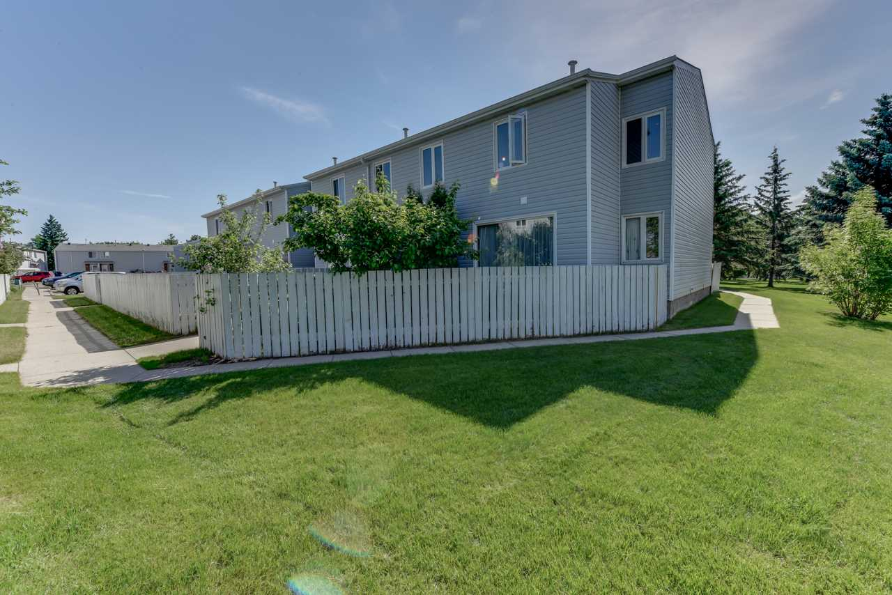 Main Photo: 33 AMBERLY Court in Edmonton: Zone 02 Townhouse for sale : MLS(r) # E4068349