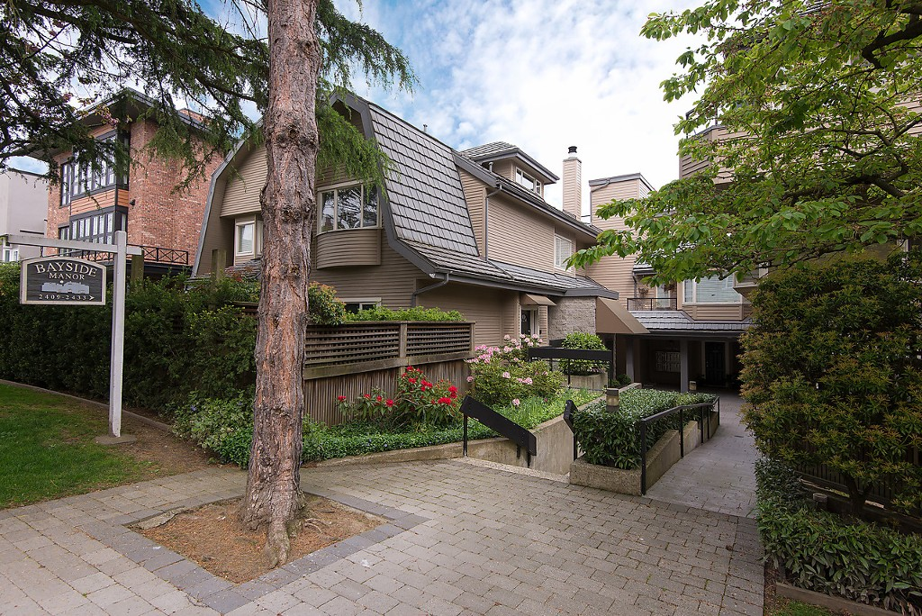 "Main Photo: 2421 W 1ST Avenue in Vancouver: Kitsilano Townhouse for sale in ""BAYSIDE MANOR"" (Vancouver West)  : MLS® # V1104993"