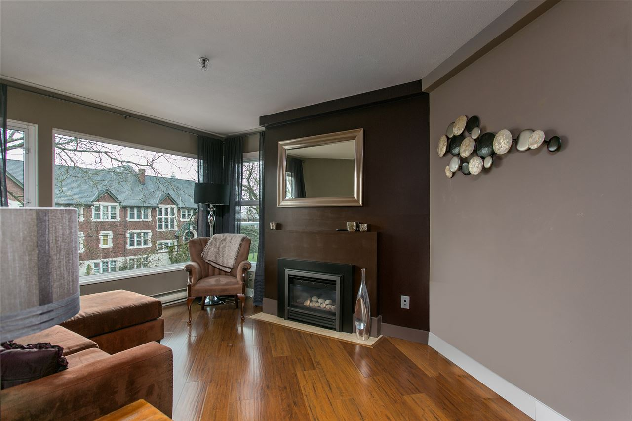 "Photo 4: 311 2020 W 8TH Avenue in Vancouver: Kitsilano Condo for sale in ""AUGUSTINE GARDENS"" (Vancouver West)  : MLS® # R2147909"