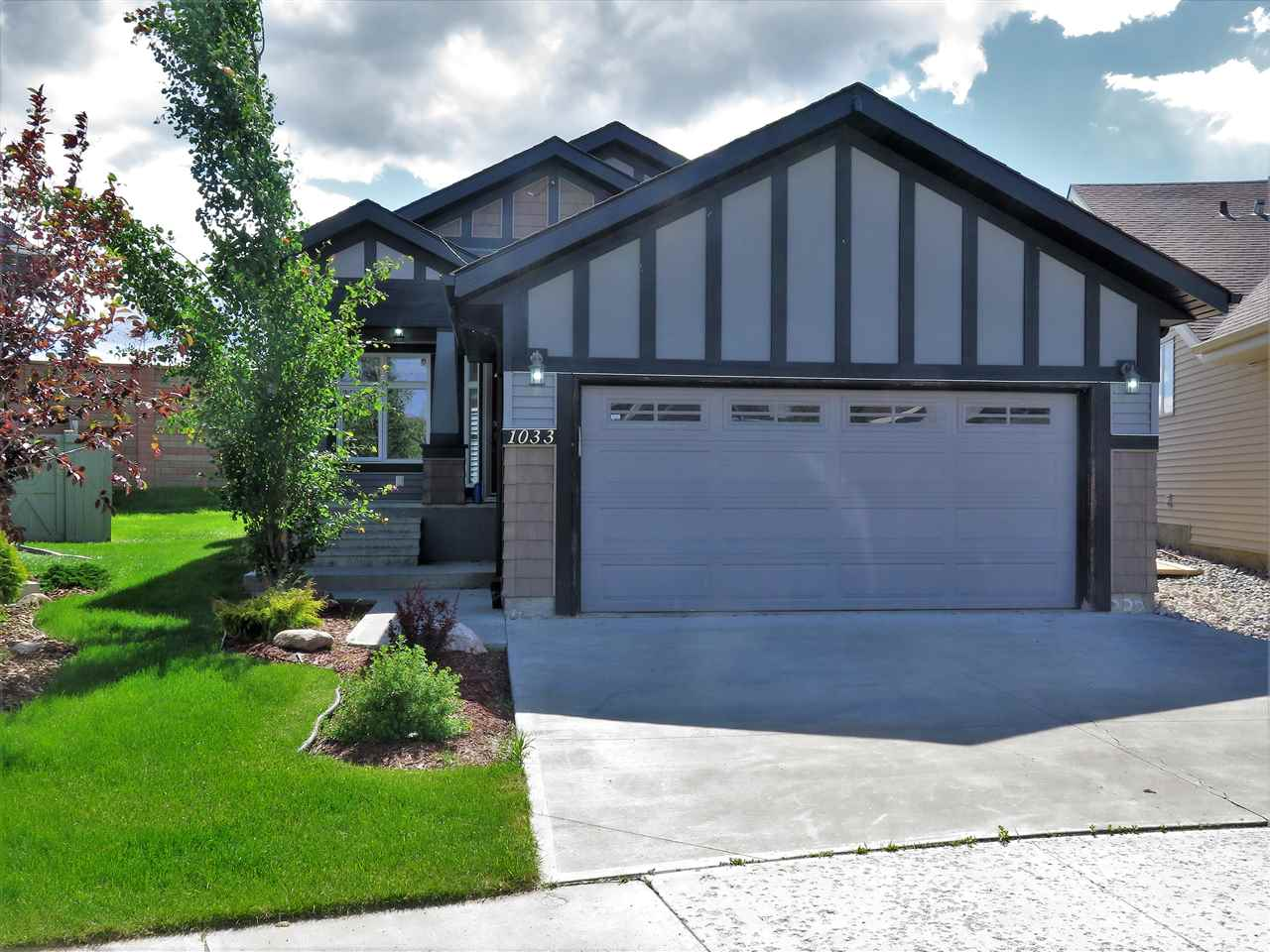 Main Photo: 1033 CHAHLEY Lane in Edmonton: Zone 20 House for sale : MLS(r) # E4070328