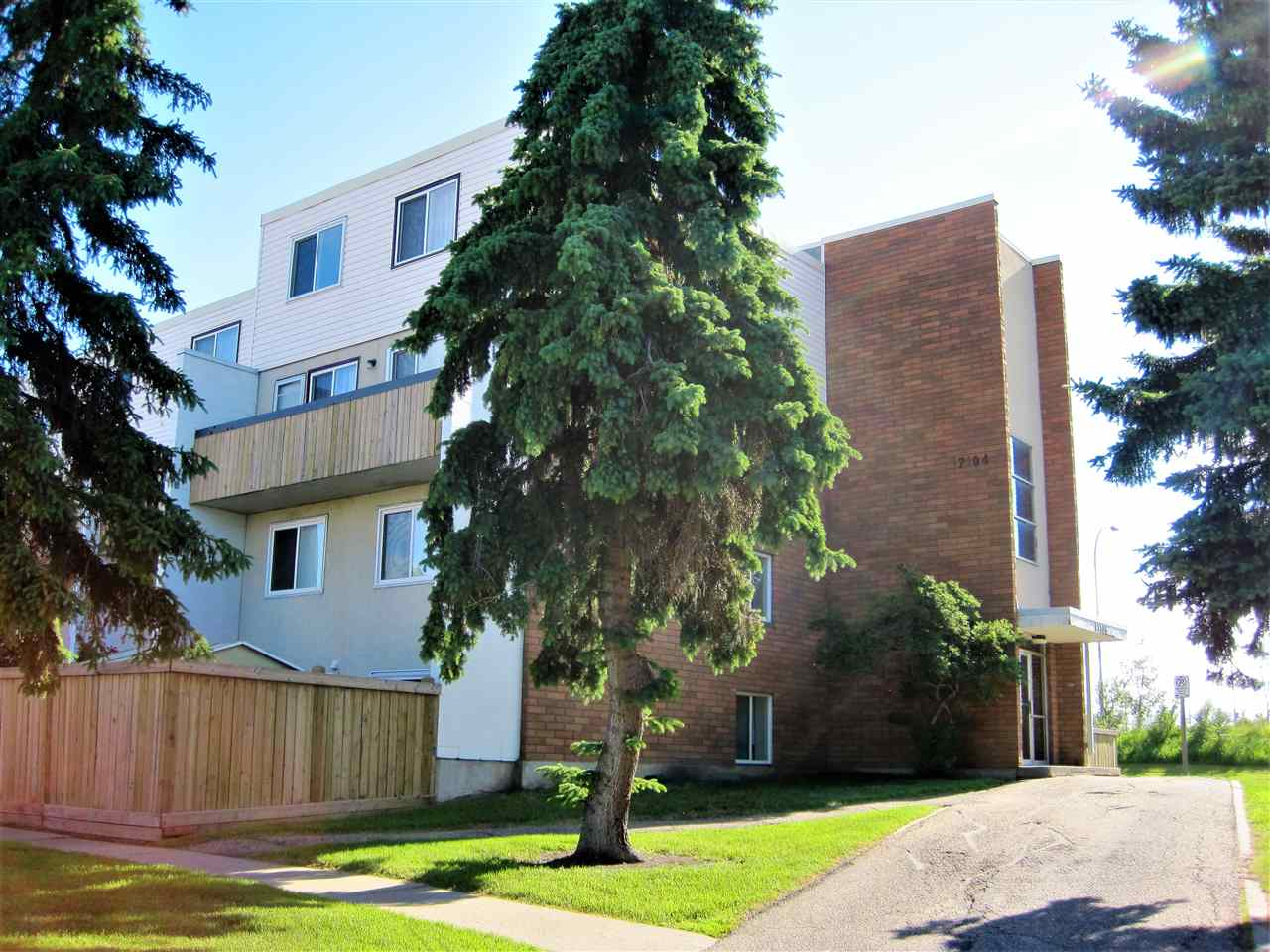 Main Photo:  in Edmonton: Zone 20 Townhouse for sale : MLS(r) # E4070608