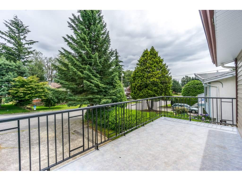 Photo 2: 2325 BEDFORD Place in Abbotsford: Abbotsford West House for sale : MLS® # R2085946