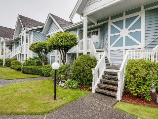 "Main Photo: 606 9131 154 Street in Surrey: Fleetwood Tynehead Townhouse for sale in ""Lexington Square"" : MLS®# R2098203"