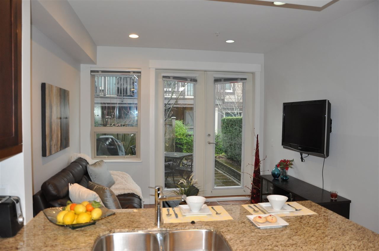 Photo 8: Photos: 320 E 14TH Street in North Vancouver: Central Lonsdale Townhouse for sale : MLS® # R2204475