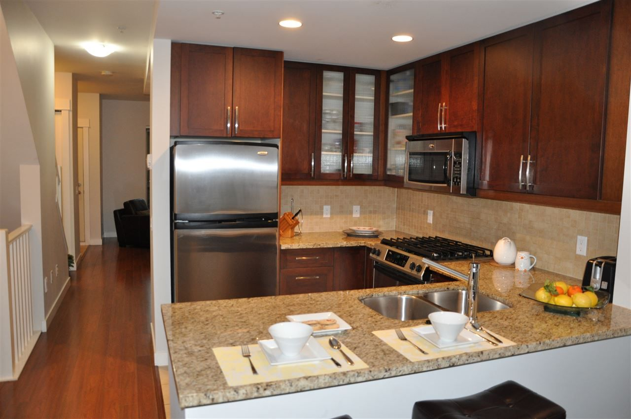Photo 3: Photos: 320 E 14TH Street in North Vancouver: Central Lonsdale Townhouse for sale : MLS® # R2204475