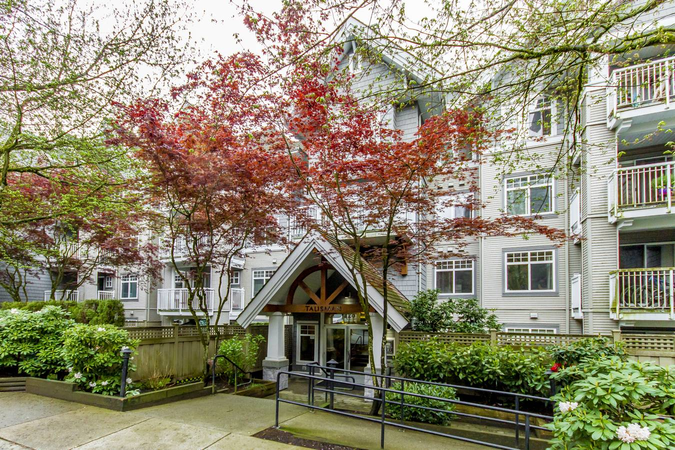 Main Photo: 213 1420 Parkway Boulevard in Coquitlam: Westwood Plateau Condo for sale : MLS®# R2262753