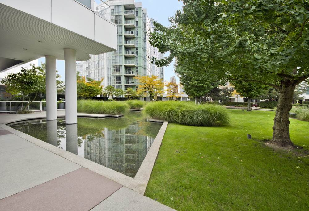 "Main Photo: GR-3J 1077 MARINASIDE Crescent in Vancouver: Yaletown Condo for sale in ""MARINASIDE RESORT"" (Vancouver West)  : MLS® # R2050287"