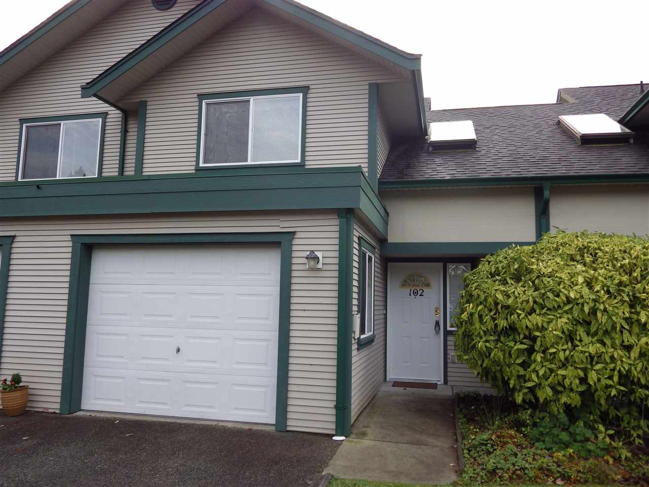 Main Photo: 102 5711 EBBTIDE Street in Sechelt: Sechelt District Townhouse for sale (Sunshine Coast)  : MLS(r) # R2122555