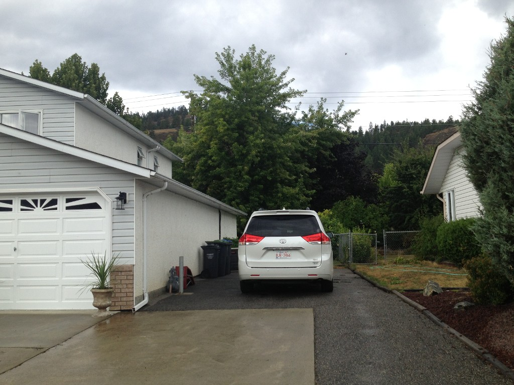 Photo 3: 382 Whitman Road in Kelowna: North Glenmore House for sale (Central Okanagan)  : MLS(r) # 10070502