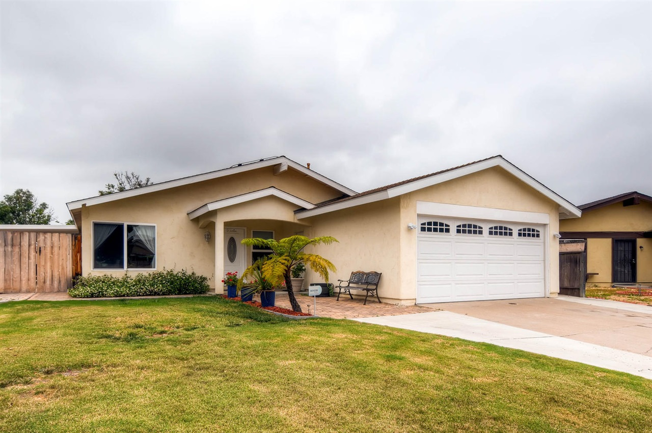 Photo 2: MIRA MESA House for sale : 4 bedrooms : 11218 Bralorne in San Diego