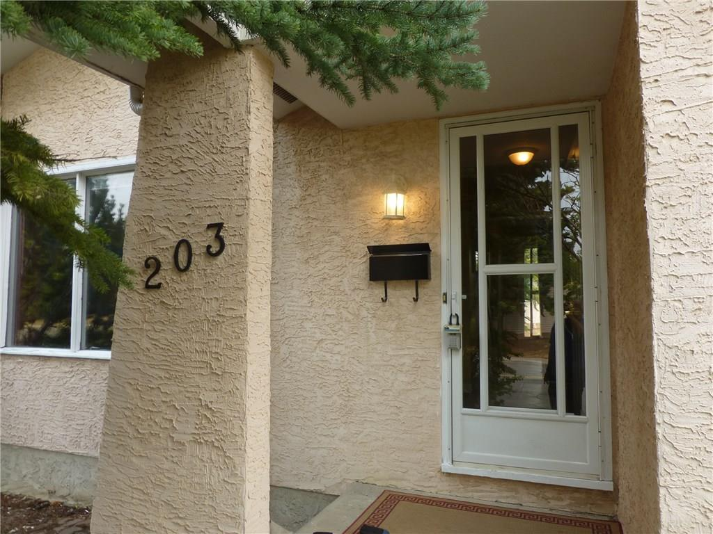 Main Photo: 203 SILVER MEAD Close NW in Calgary: Silver Springs House for sale : MLS® # C4136837