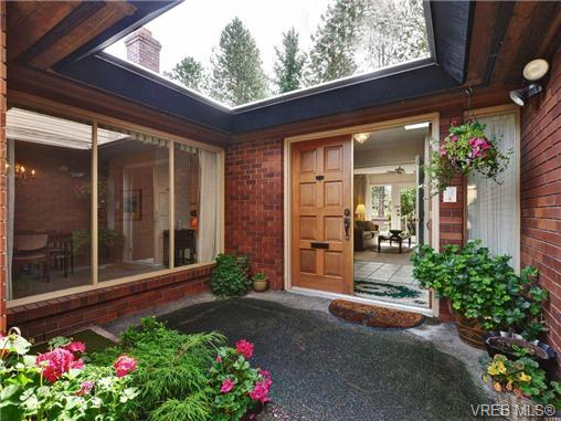 Main Photo: 110 2345 Cedar Hill Cross Road in VICTORIA: OB Henderson Townhouse for sale (Oak Bay)  : MLS® # 355961