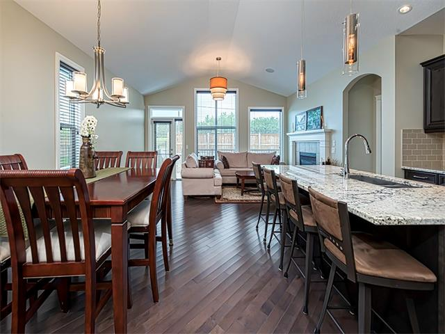 Photo 2: 113 ROCKFORD Road NW in Calgary: Rocky Ridge House for sale : MLS(r) # C4079306