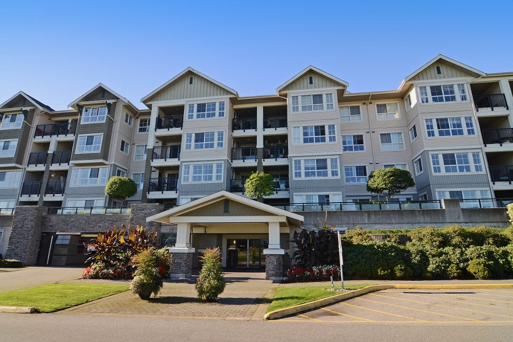 "Main Photo: 306 19673 MEADOW GARDENS Way in Pitt Meadows: North Meadows PI Condo for sale in ""THE FAIRWAYS"" : MLS®# R2112155"
