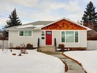 Main Photo: 936 15 Avenue NE in Calgary: Renfrew_Regal Terrace House for sale : MLS(r) # C3650147