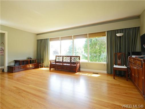 Photo 2: 3340 Woodburn Avenue in VICTORIA: OB Henderson Single Family Detached for sale (Oak Bay)  : MLS(r) # 364361