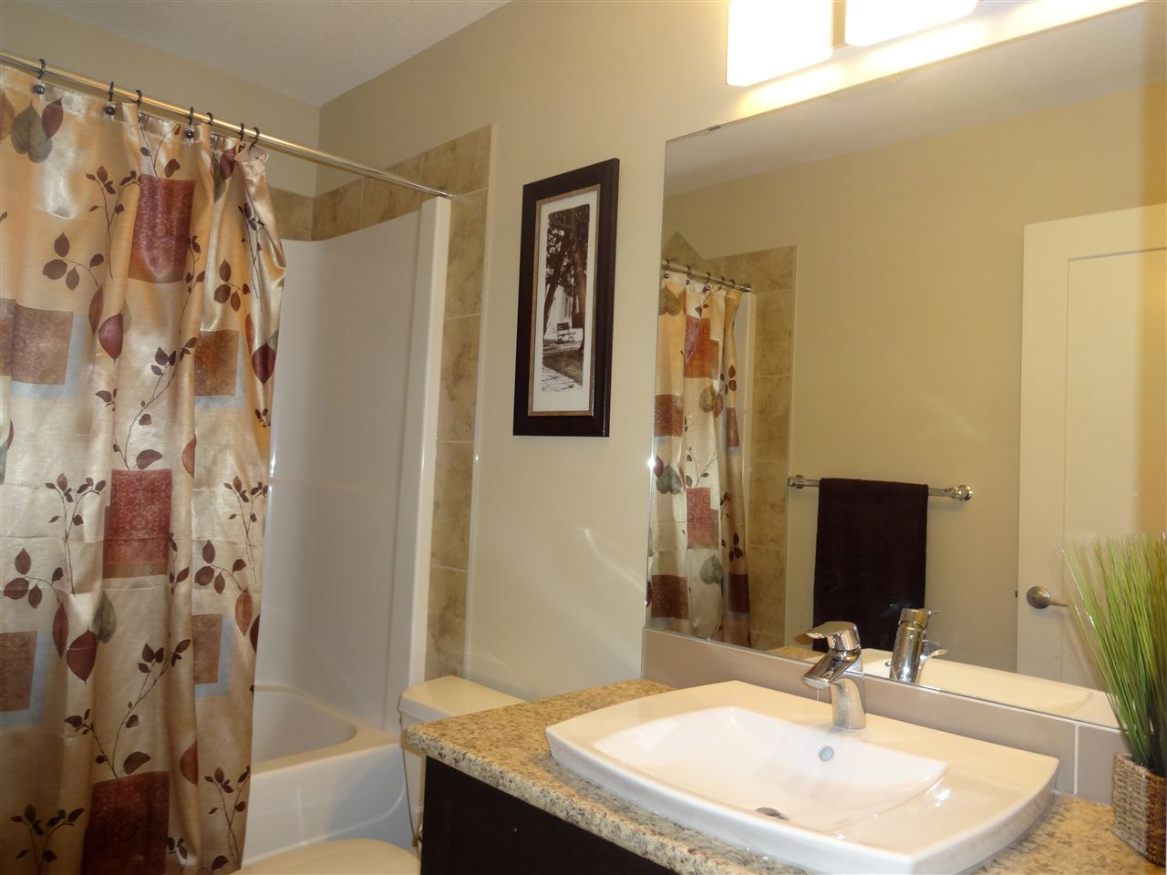 Upper Level 4 piece bathroom, with lots of space.
