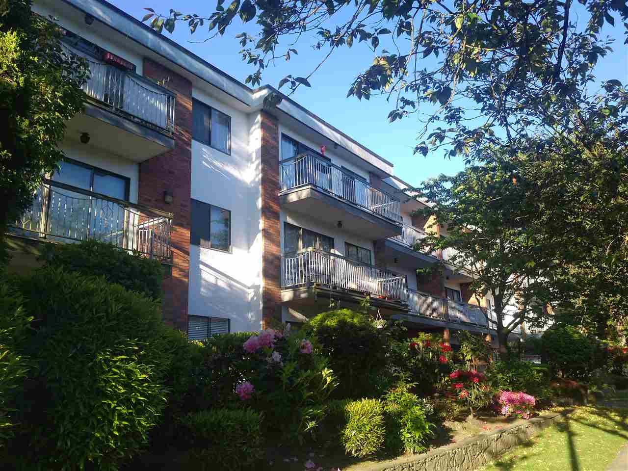"Main Photo: 309 1950 W 8TH Avenue in Vancouver: Kitsilano Condo for sale in ""MARQUIS MANOR"" (Vancouver West)  : MLS® # R2069129"