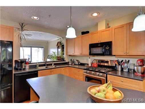 Photo 5: 24 127 Aldersmith Place in VICTORIA: VR Glentana Townhouse for sale (View Royal)  : MLS(r) # 368134