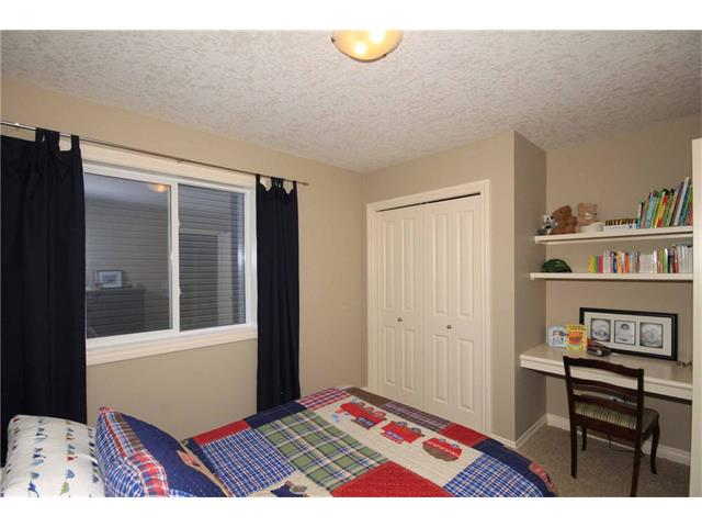 Second bedroom with a built-in desk area for your industrious student.
