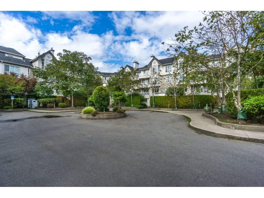 "Main Photo: 124 9979 140 Street in Surrey: Whalley Townhouse for sale in ""SHERWOOD GREEN"" (North Surrey)  : MLS®# R2108711"