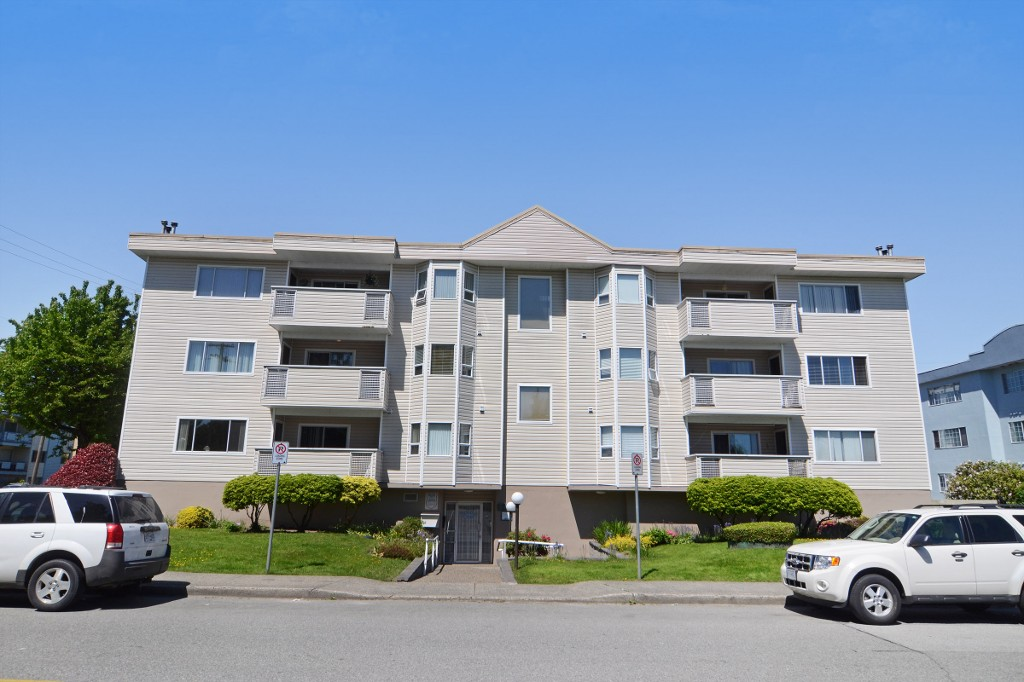 "Main Photo: 201 22213 SELKIRK Avenue in Maple Ridge: West Central Condo for sale in ""CAMBRIDGE HOUSE"" : MLS® # R2171717"