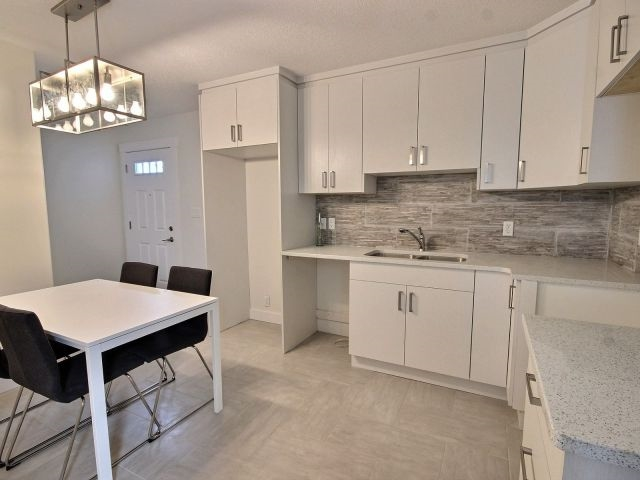 Photo 2:  in Edmonton: Zone 08 House Duplex for sale : MLS(r) # E4050183