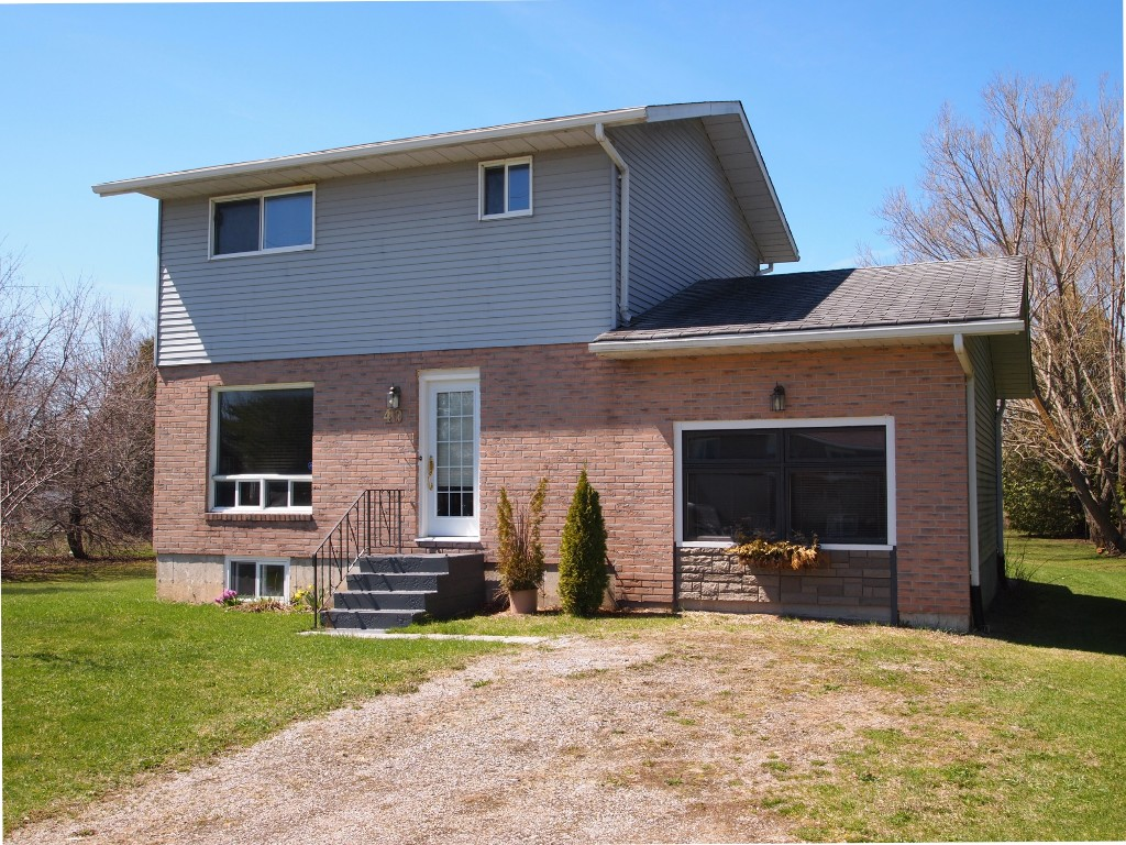 Main Photo: 40 Trent River Road in Kawartha Lakes: Freehold for sale : MLS®# X3475745
