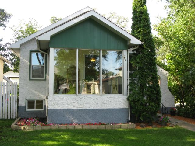 Main Photo: 208 Munroe Avenue in WINNIPEG: East Kildonan Residential for sale (North East Winnipeg)  : MLS®# 1217259