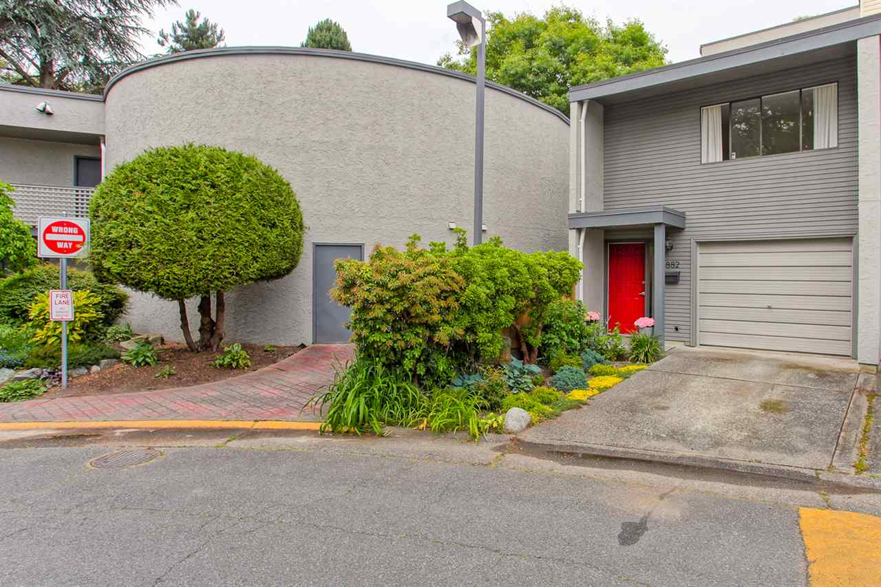 Photo 2: 4882 TURNBUCKLE WYND in Delta: Ladner Elementary Townhouse for sale (Ladner)  : MLS® # R2072644