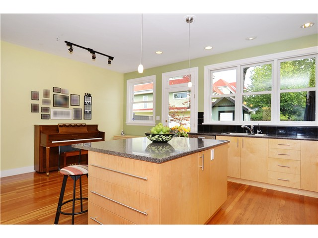 Photo 3: 269 E 26TH Avenue in Vancouver: Main House for sale (Vancouver East)  : MLS(r) # V1080656