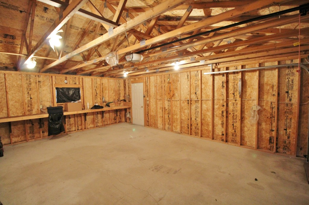 Photo 19: Great Starter Home With Double Garage