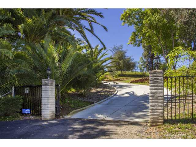 Photo 2: SOUTH ESCONDIDO House for sale : 3 bedrooms : 2494 REILL VIEW Drive in Escondido