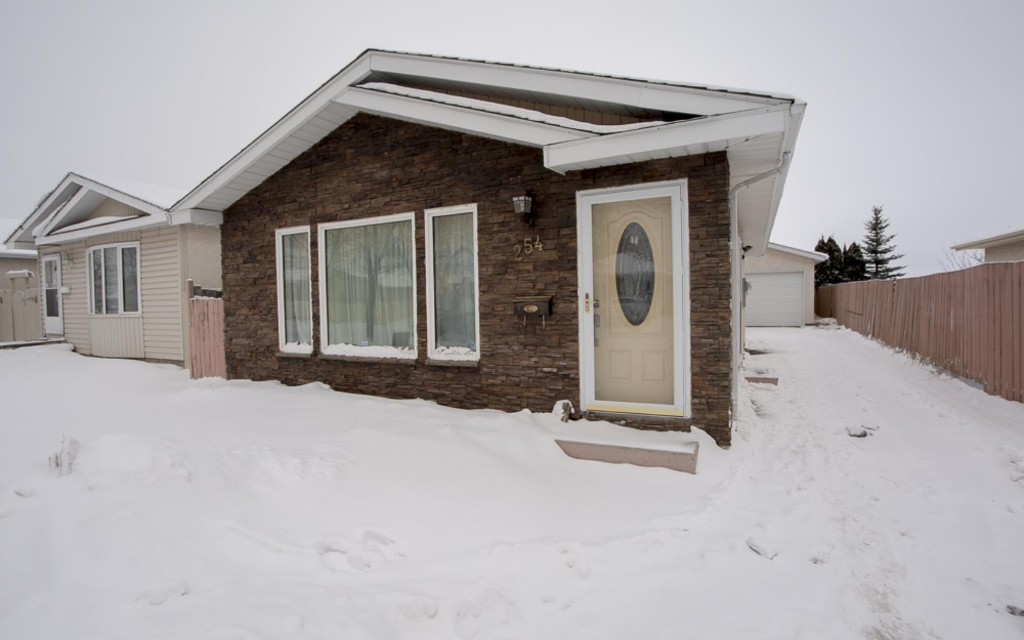 Main Photo: 254 Barnham Crescent in Winnipeg: Maples / Tyndall Park Single Family Detached for sale (North West Winnipeg)  : MLS® # 1601858